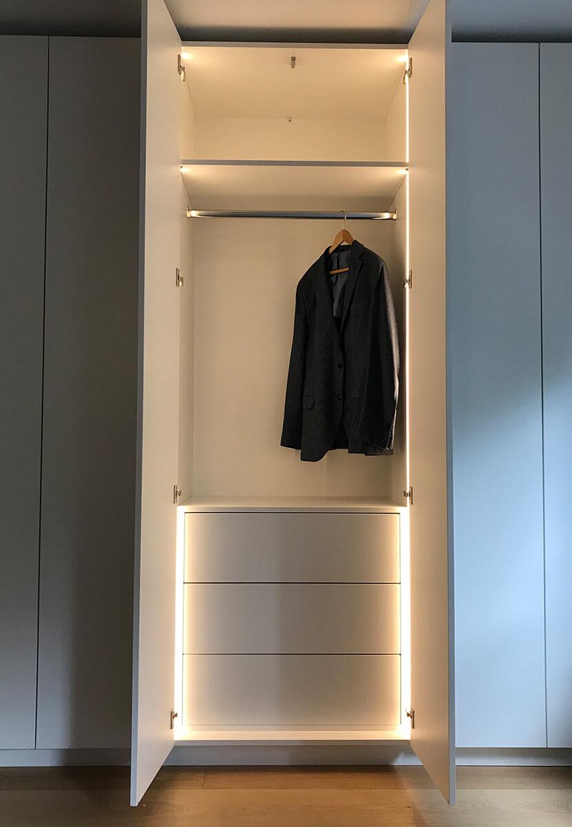 Offener Kleiderschrank mit Beleuchtung