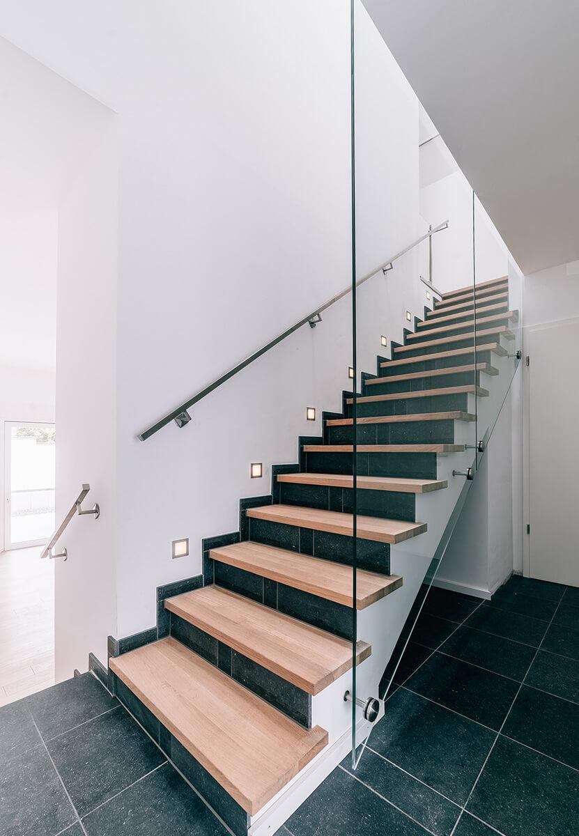 Treppenhaus von Fairbranding mit seitlicher Verglasung und Beleuchtung