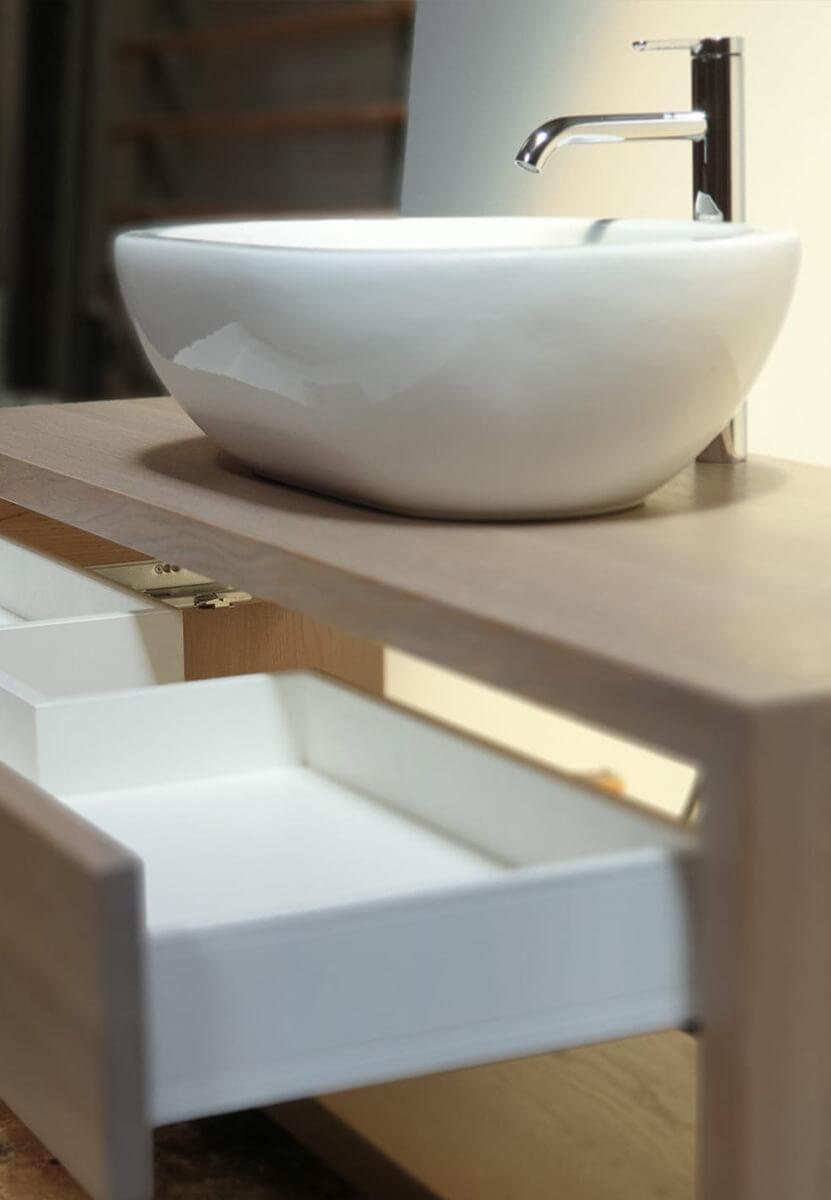 Waschschrank mit offenen Schubladen
